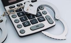 Illustrasjon med kalkulator og håndjern